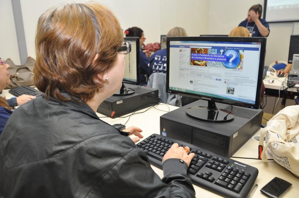 Uma pesquisa analisou o Facebook como um instrumento capaz de aproximar o professor do aluno em sala de aula e auxiliar na educação